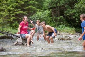 Kinder Bach Spaß Young Austria Camps HOFER REISEN