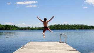 See Ufer Steg Mann Sommer Urlaub am See HOFER REISEN