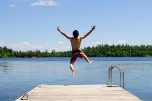 See Steg Ufer Mann springt Sommer Urlaub am See HOFER REISEN