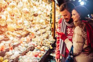 Christkindlmarkt Weihnachtsmarkt Marktstand Advent Adventszeit Pärchen HOFER REISEN