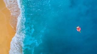 Sommer Strand Meer Vogelperspektive Sand Frau Schwimmreifen Sommerurlaub HOFER REISEN