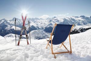 Ski im Schnee mit Liegestuhl und Bergpanorama HOFER REISEN