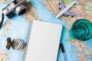 Tipps für Fernreisen Landkarte Kamera Kompass Schreibblock
