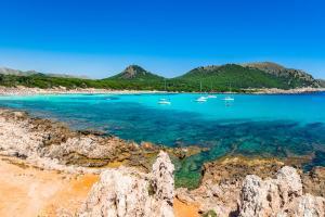 Cala Agulla Mallorca Spanien Strand Boote Meer HOFER REISEN